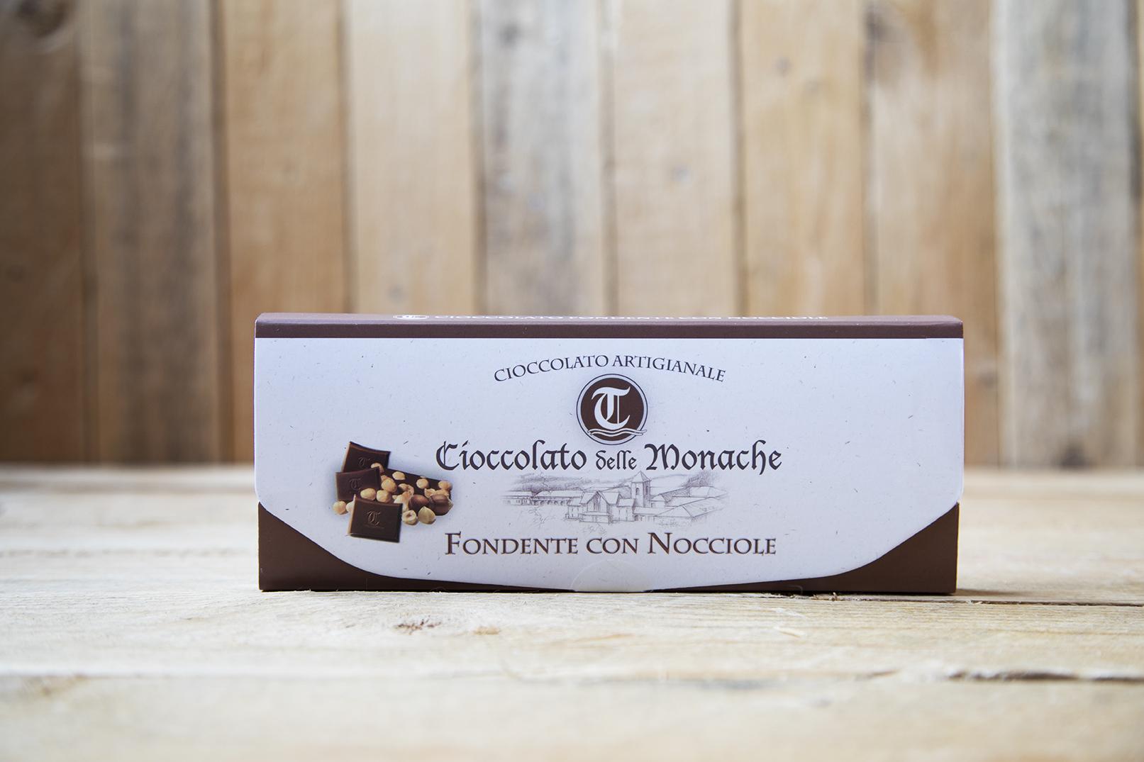 Cioccolato fondente con nocciole